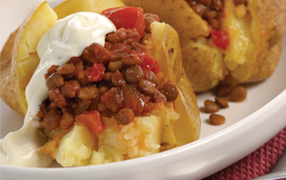 Baked potatoes with savoury lentils and tomato